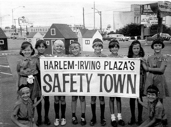 Harlem Outdoor in the background. 1967 photo courtesy of Steve Migalski.