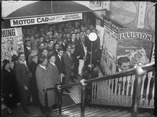 Crowd awaiting entrance to Perth's Pavilion Theatre 1930
