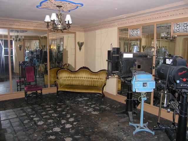 Rhode Ladies Lounge Wide Vintage Display