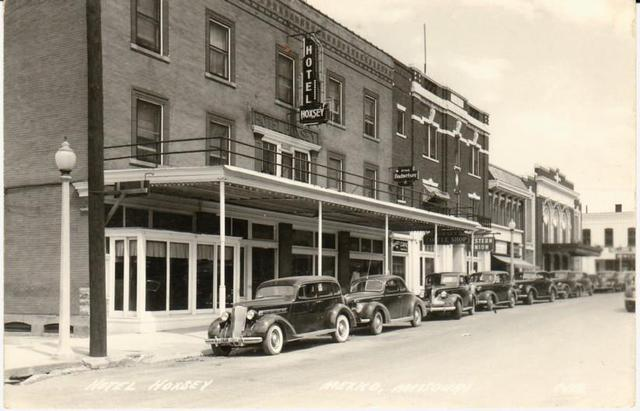 Circa 1930's photo courtesy of George Cline. No marquee signage.
