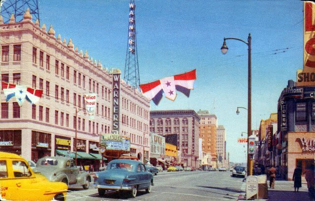 1952 photo of Warner's Theater via the Fiftiesville Facebook page.