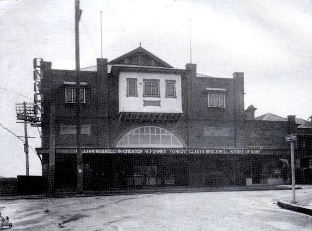 De-Luxe Theatre